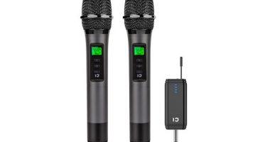 Dos microfonos de color negro delante de un fondo blanco